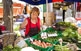 Maria Viaplana, del Molí de Can Comes, exposa els productes del seu hort al mercat de Lliçà de Vall.