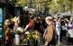 A la Rambla, la Carolina ven flors, igual que les quatre generacions familiars que l'han precedit.