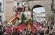 Els Gegants Vells, de quatre metres d'alçada, són els únics que surten als passacarrers. A la fotografia, ballen a la plaça de Santa Magdalena, davant del portal del mateix nom.