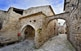 Les quinze cases del nucli de Montfalcó Murallat, probablement d'origen islàmic, van ser construïdes al voltant d'una plaça on aboquen els vessants de les teulades.