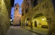 A la vila d'Arnes, de poc més de cinc-cents habitants, hi destaquen l'edifici renaixentista de l'ajuntament i l'església barroca de Santa Magdalena.
