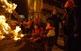 Els més menuts, sota la supervisió dels pares, branden les faies a Bagà. Des de quarts de set, la plaça s'omple de foc.