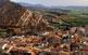 Sobre Sanaüja, la vista aèrea ens delecta no només amb les teulades autènticament rurals, ans també amb un generòs horitzó de paisatge.