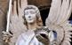 Un àngel porter ens rep al poble de Guissona, dalt de la muralla medieval que es conserva encara en aquesta vila de Segarra.
