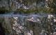 Els senderistes tornen de les gorges de Carançà pel costat dret del riu. A banda i banda, els camins són excavats a la roca i alguns trams es fan per ponts i passarel·les de ferro.