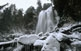 La cascada de Ratera, aquí envoltada per roques gebrades, és a 25 minuts caminant de l'estany de Sant Maurici.