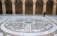 El paviment de marbre blanc i negre de l'atri, que recull al·legories sobre el baptisme, s'inspira en el Capitoli romà, dissenyat per Miquel Àngel.