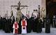 Els membres de la Congregació de la Sang envolten la imatge a l'església de la Sang, al final del viacrucis del matí de divendres Sant.