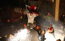 Els ciutadans de Molins de Rei celebrant el carnaval amb el camell