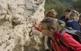 Senderistes visitant el talús de la Masia de Can Raimundet, a Sant Joan Samora, on s'hi poden trobar des d'argiles blaves típiques del fons de la badia a materials més grollers rics en sorres, graves i barrejats amb argiles.