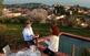 Models per un dia. L'Òscar Marin, redactor del DESCOBRIR, i la Maria Rosa Vila, cap de fotografia, posen per a la foto de portada del número dedicat al Maresme, a l'hora en què la llum del sol és més avellutada.