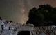 El gran espectacle de la Via Làctia, però aquest cop contemplada des d'un altre monument prehistòric de l'illa: la muralla ciclòpia de Son Catlar.