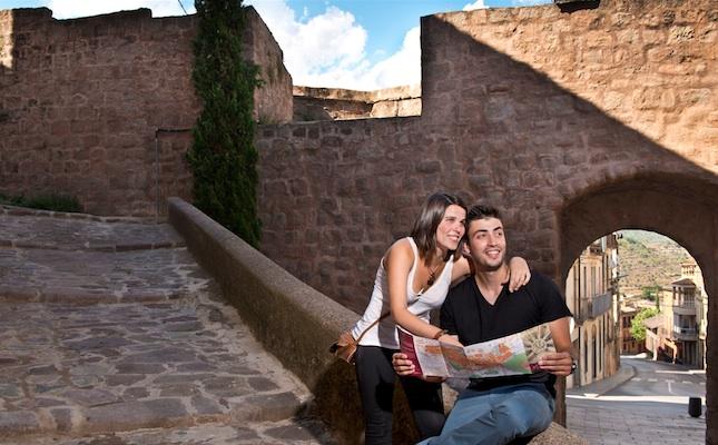 Una parella visita el nucli antic de Cardona