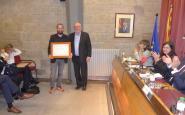 Josep Caelles entrega el premi a Joan Morales, director de la revista DESCOBRIR, al Palau Llobera de Solsona