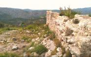 Les restes del castell Vell d'Olivella, amb el Parc del Garraf al fons