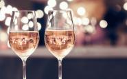 Dues copes de vi blanc, en un restaurant