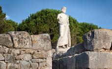 Una rèplica de l'escultura d'Esculapi, al jaciment d'Empúries