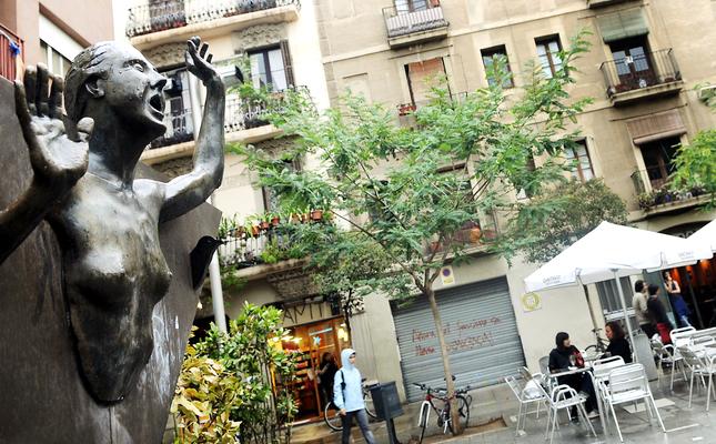 Escultura en homenatge a la protagonista de l'obra, a la plaça del Diamant