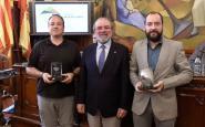 Òscar Rodbag, fotògraf, i Joan Morales, director del DESCOBRIR, recullen el guardó de mans de Ferran Rañé, president de la Diputació de Lleida