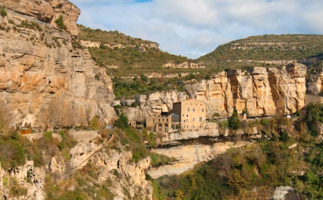 Sant Miquel del Fai i els cingles de Bertí