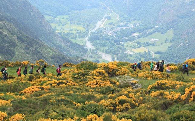 Uns excursionistes amb la vall de Boí al fons