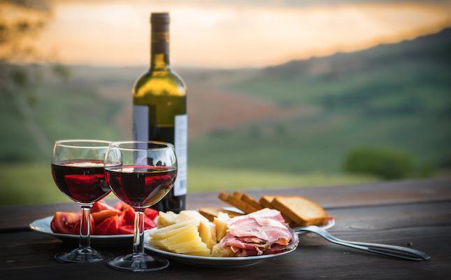 Un tast de productes amb un vi merlot