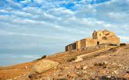 El cim de la Mola, amb el monestir de Sant Llorenç del Munt