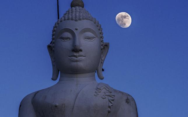 Buda amb la lluna plena darrere