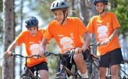 Uns nois amb bici, en unes colònies de la Fundació Pere Tarrés