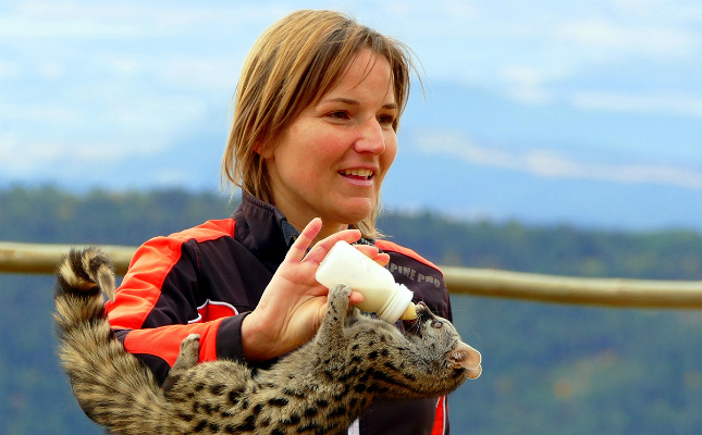Stania Kuspertova, la fundadora del Zoo del Pirineu, amb una geneta