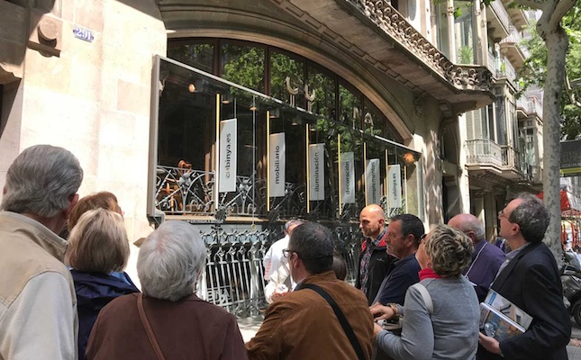 La ruta s'atura davant de la Casa Thomas, al carrer de Mallorca