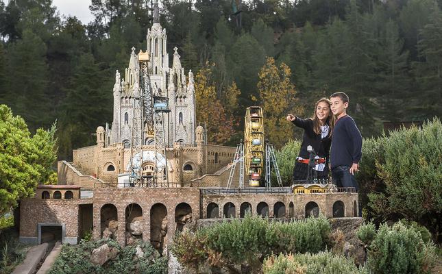 El temple del Sagrat Cor i el parc d'Atraccions del Tibidabo, a Catalunya en Miniatura