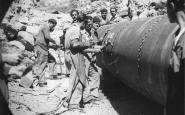 Col·locació d'una canonada, a Senet, el novembre del 1949
