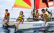 Una família practica activitats nàutiques amb Rosa dels Vents