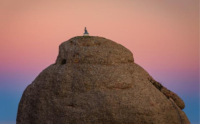 El cim del Cavall Bernat, coronat per una escultura de la Mare de Déu de Montserrat