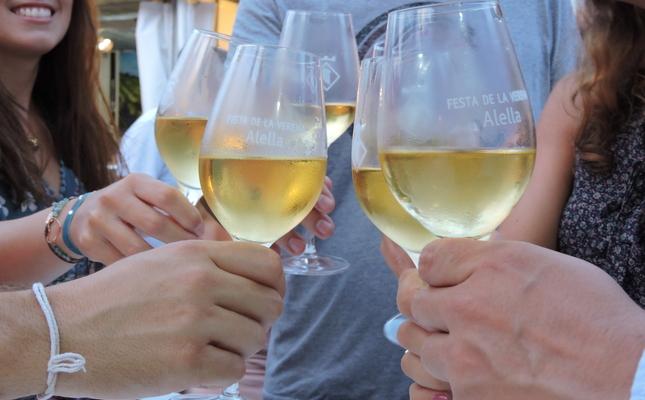Tast de vins durant la Festa de la Verema d'Alella