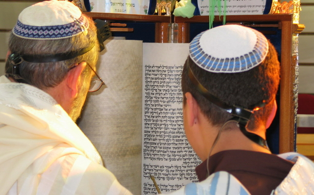 Jueus sefardites llegeixen un fragment de la Tora, el llibre hebreu sagrat.