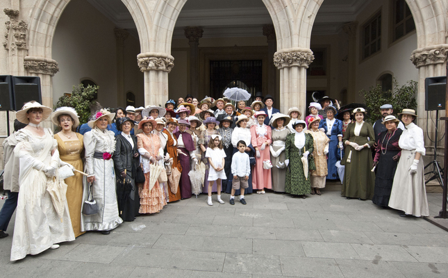 Cada any el Museu Tèxtil organitza una passejada fins a l'Ajuntament amb vestits fets a mà