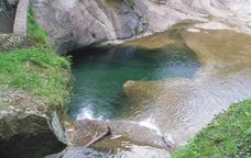 Lliçó de geologia a les gorgues volcàniques de Canet d'Adri