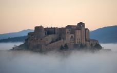 El castell de Cardona entre la boira