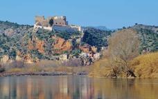 El castell de Miravet des del riu Ebre
