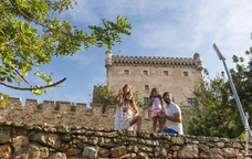 Una família contempla la vista des del castell de Castelldefels