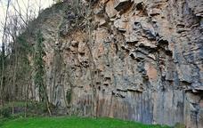Caminant entre formes m�giques de lava a la Garrotxa