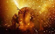 La fil·loxera gran balla envoltada de foc al mig de la plaça