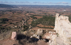 Pujada al poble antic i al castell de Prenafeta