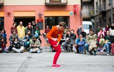 Espectacle de dansa als carrers d'Olot
