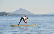Pilates sobre una taula de surf de rem