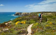 Excursionista caminant pel Cap de Creus