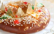 Tortell de Reis amb la tradicional corona de cartró
