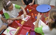 Nens i nenes fent manualitats al Museu Aqueològic de Tarragona